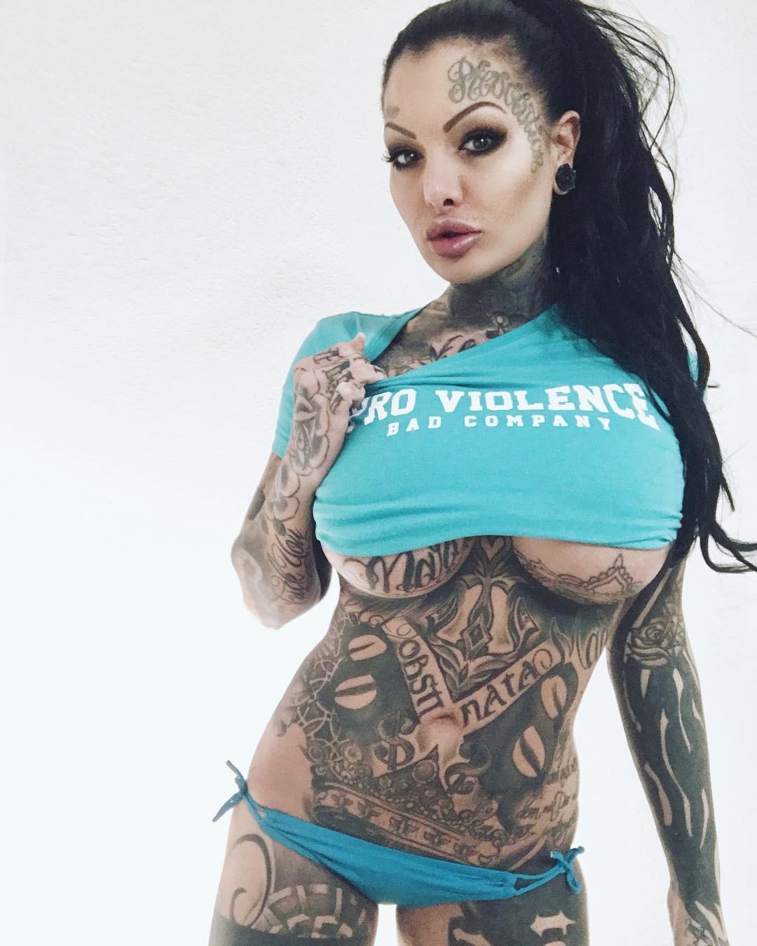 Сексуальная Becky Holt в тату
